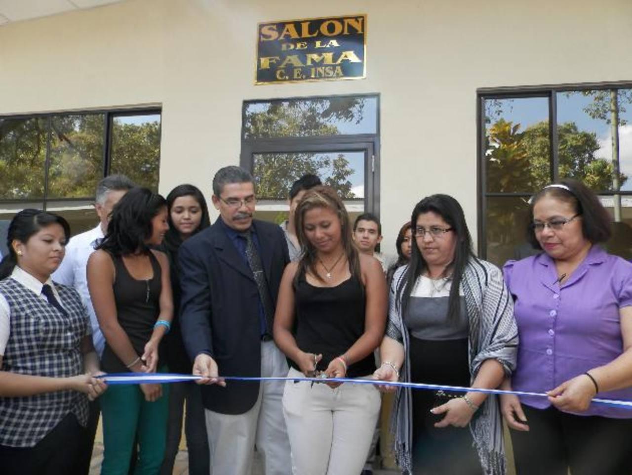 En el marco del aniversario se inauguró un salón que albergará la historia del centro escolar. Foto EDH /Milton Jaco