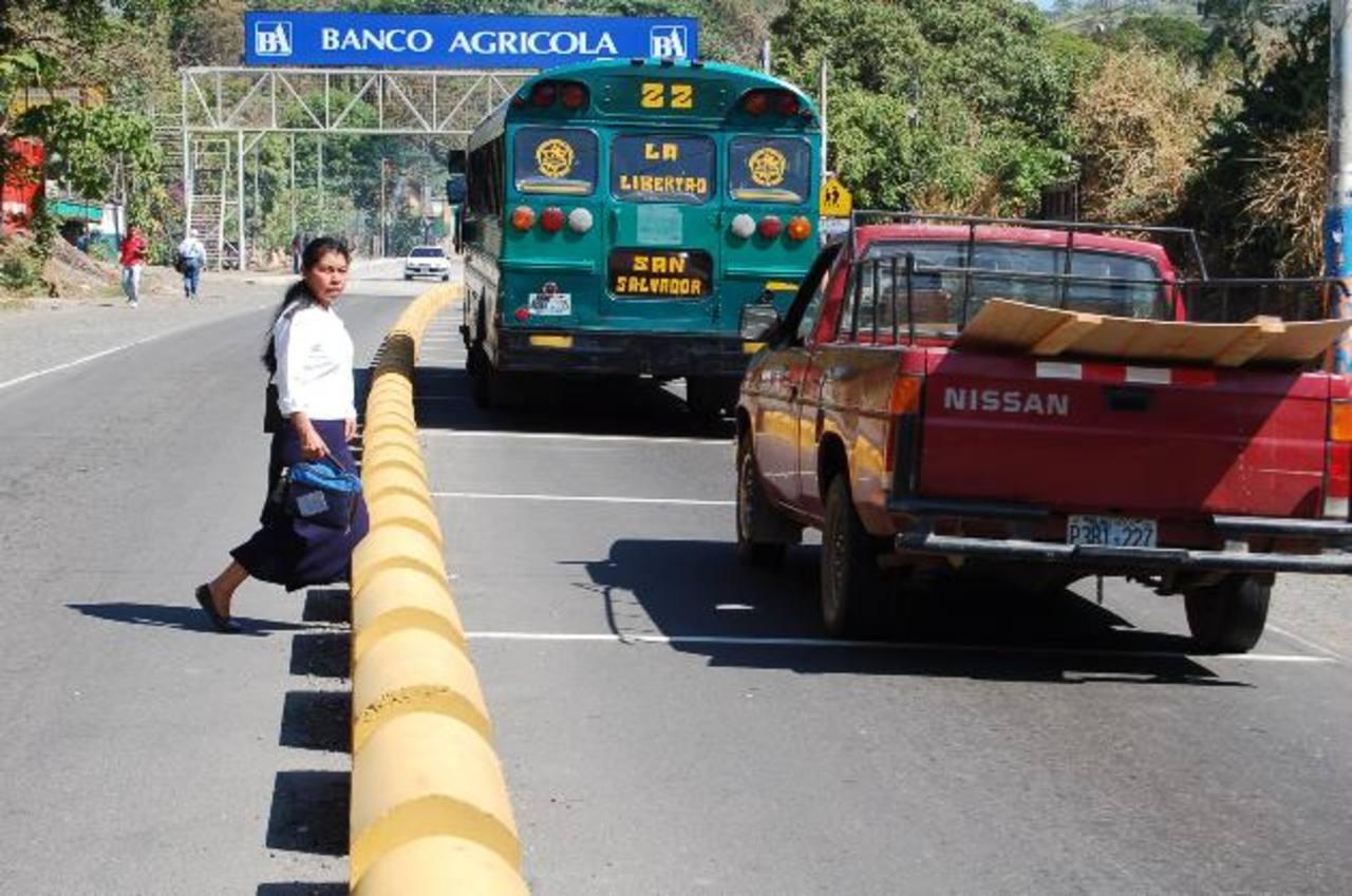 Dos tramos de la carretera al Puerto La Libertad se contemplan en el plan de infraestructura que sería financiado con fondos de la iniciativa Yucatán. Foto EDH/ archivo