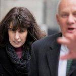Catherine Schaible sale del centro de justicia penal. Foto/ AP