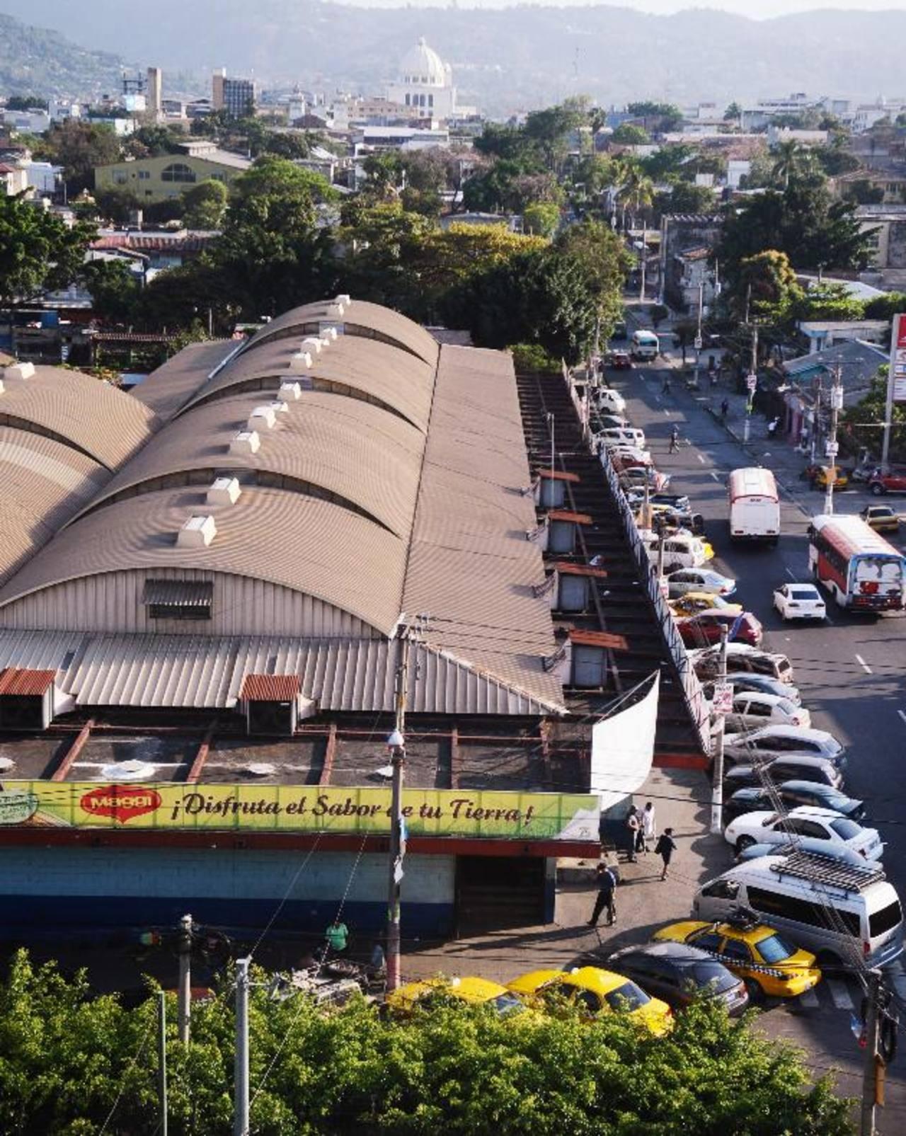 Fachada del mercado San Miguelito, en San Salvador. Algunos comerciantes del lugar denunciaron que pandilleros de la mara 18 han aumentado las extorsiones. Foto EDH / René Quintanilla.
