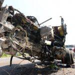 Así quedó la rastra que manejaba Enrique Rodríguez, quien pereció tras colisionar contra un vehículo similar. El percance fue en la carretera El Litoral, en Sonsonate. Foto EDH / Claudia Castillo