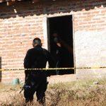 Policías custodian una vivienda donde asesinaron a Francisco Javier Galeas Cuevas, en el cantón Siramá, en La Unión.