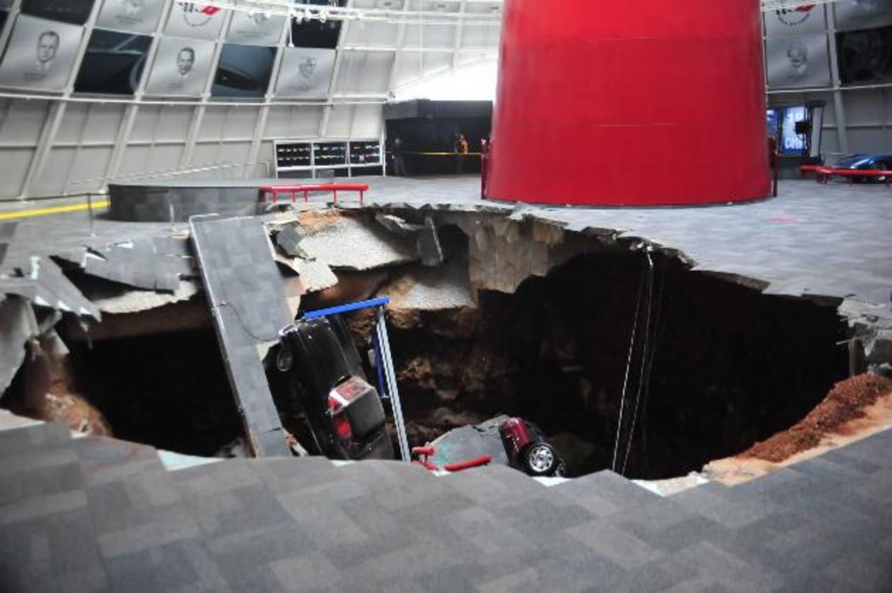 Varios vehículos cayeron unos sobre otros en un socavón. Foto/ Reuters