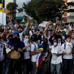 Jóvenes gritaban consignas ayer en la Plaza Altamira, en Caracas (Venezuela). Por la noche fueron dispersados con mangueras de agua y gases. Fotos EDH / efe