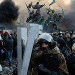 Manifestantes de oposición resisten a la policía en la Plaza de la Independencia en Kiev, Ucrania. Foto/ AP