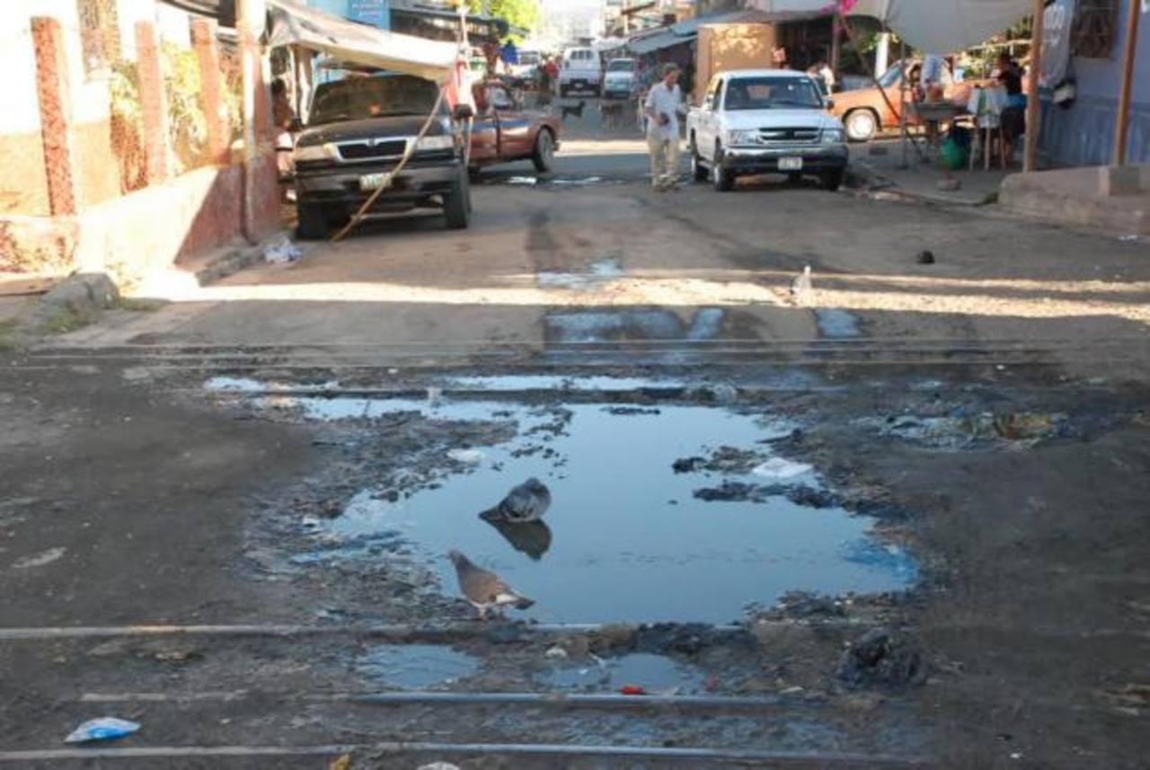 A diario las vías son transitadas por cientos de unionenses, tanto a pie como en vehículos, por lo que piden que sean reparadas para evitar que el daño siga creciendo. foto edh / insy Mendoza