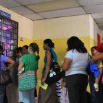 Usuarios del hospital de Niños Benjamín Bloom hacen fila para que les despachen los medicamentos en el área de la farmacia. Foto EDH