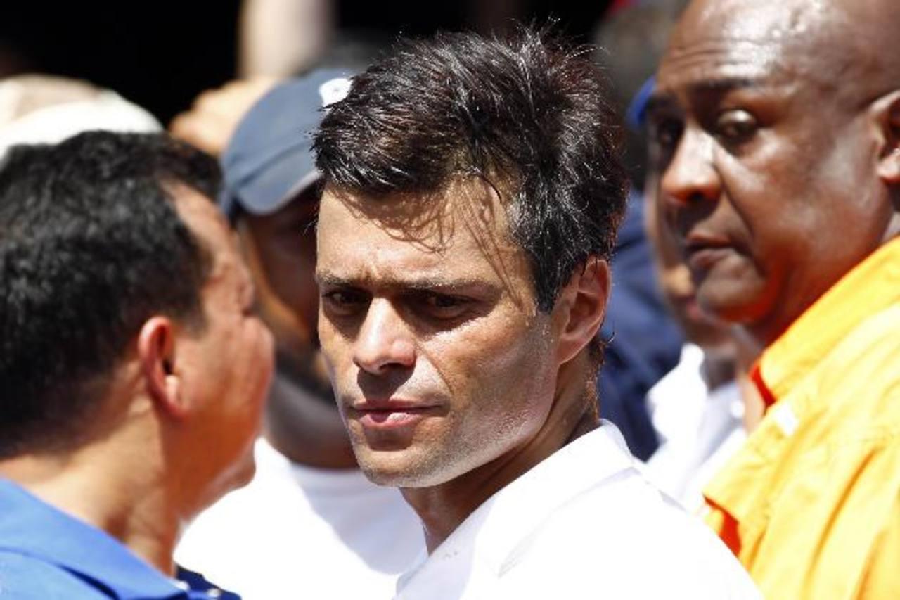 El dirigente de un ala de la oposición, Leopoldo López, captado durante las protestas; y la fiscal Luisa Ortega ofrece declaraciones ayer en las que confirmó tres muertos. fotos edh / Reuters y EFE