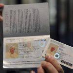 La nueva tarjeta de identificación y el pasaporte argentinos del papa Francisco. Foto/ Reuters