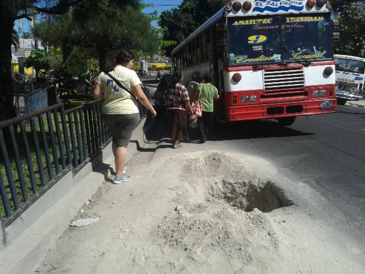 Cerca del hospital del Seguro Social de Amatepec, este hoyo dificulta el acceso a la parada de buses y el paso de vehículos.