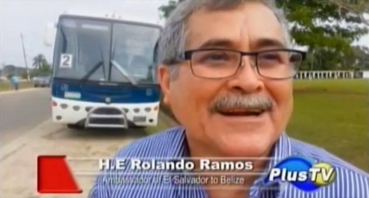 El embajador Brizuela Ramos, en momentos en que era entrevistado por PlusTV de Belice, sobre la caravana. Foto EDH.