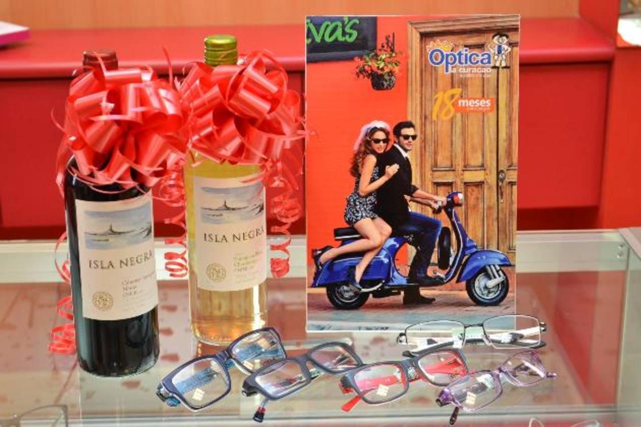 Por sus compras, los clientes reciben dinero en efectivo, al instante, y si el monto excede $100 reciben una botella de vino para compartir en pareja. foto edh / Mario Díaz