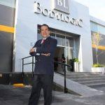 David Casanova posa frente a las oficinas de Bodylogic en México. foto edh / cortesía