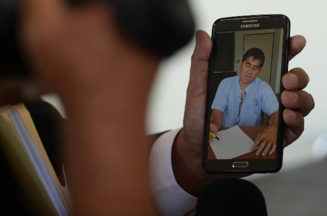 El náufrago pidió a periodistas, a través de una nota, paciencia, que cuando se recupere relatará su historia. Foto EDH / M. Recinos