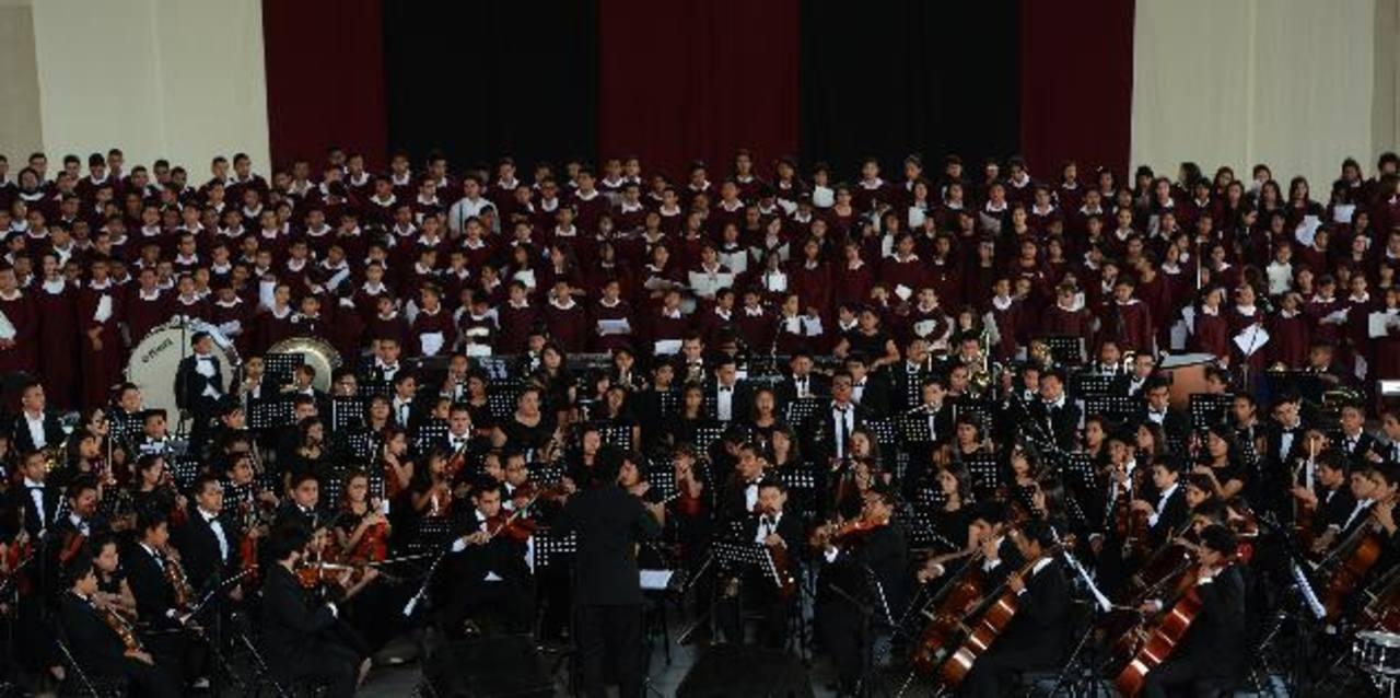 Los integrantes de la orquesta deleitaron con un amplio repertorio. Foto EDH /JAIME ANAYA
