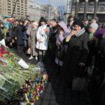 Habitantes de Kiev colocan flores en honor a los fallecidos durante el conflicto de hace unos días