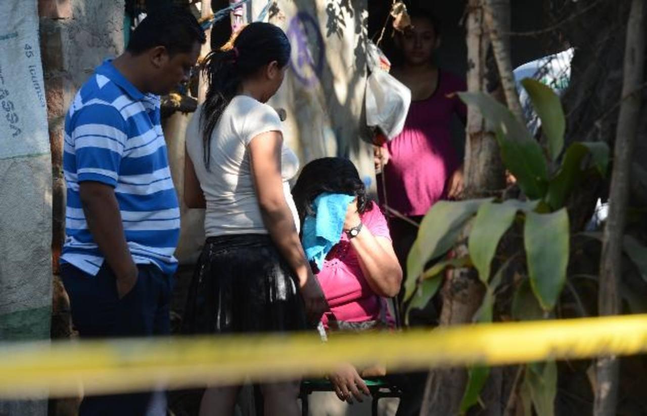 Familiares lloran la muerte de Carlos Humberto Hernández en la colonia Santa Emilia, Quezaltepeque. Foto EDH / Douglas Urquilla