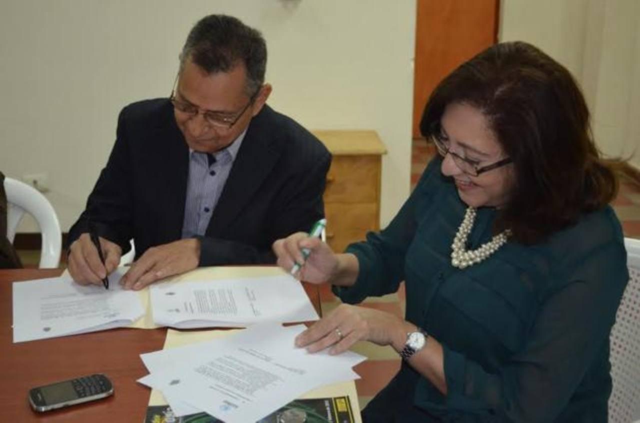 La alcaldesa de Atiquizaya, Ana Luisa Rodríguez; y el director ejecutivo de Conacyt, Carlos Ochoa, firmaron el convenio.