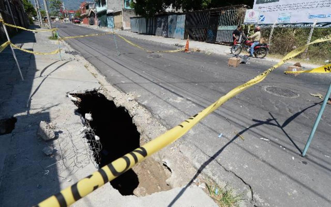 Los vecinos aseguran que una fuga de agua ocasionó el hundimiento en la calle. Esta se informó el lunes pasado. Foto EDH / Mauricio Cáceres