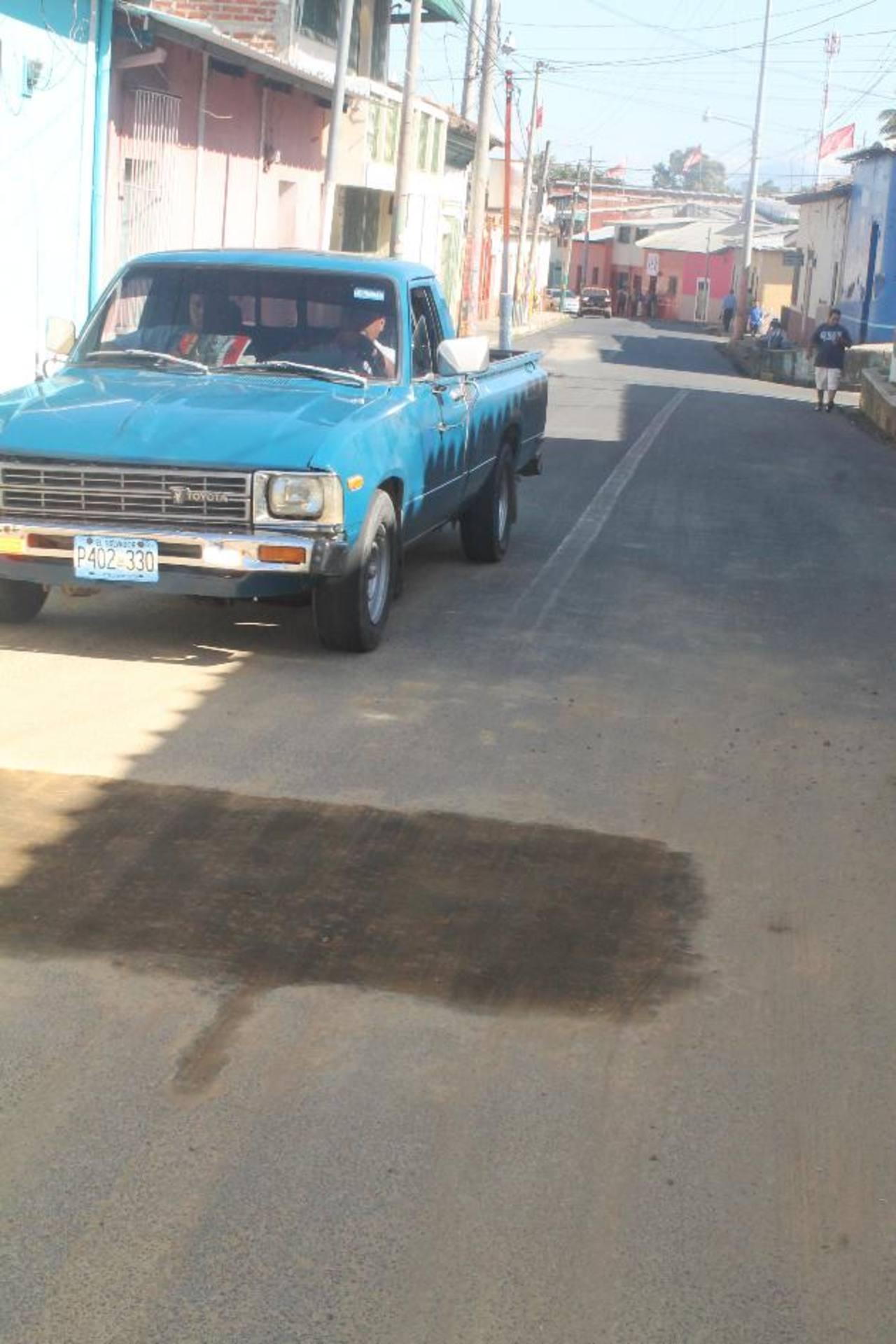En el barrio San Antonio, Ahuachapán, está una zanja cubierta con tierra, tras las obras de Anda. Foto EDH / ROBERTO Zambrano