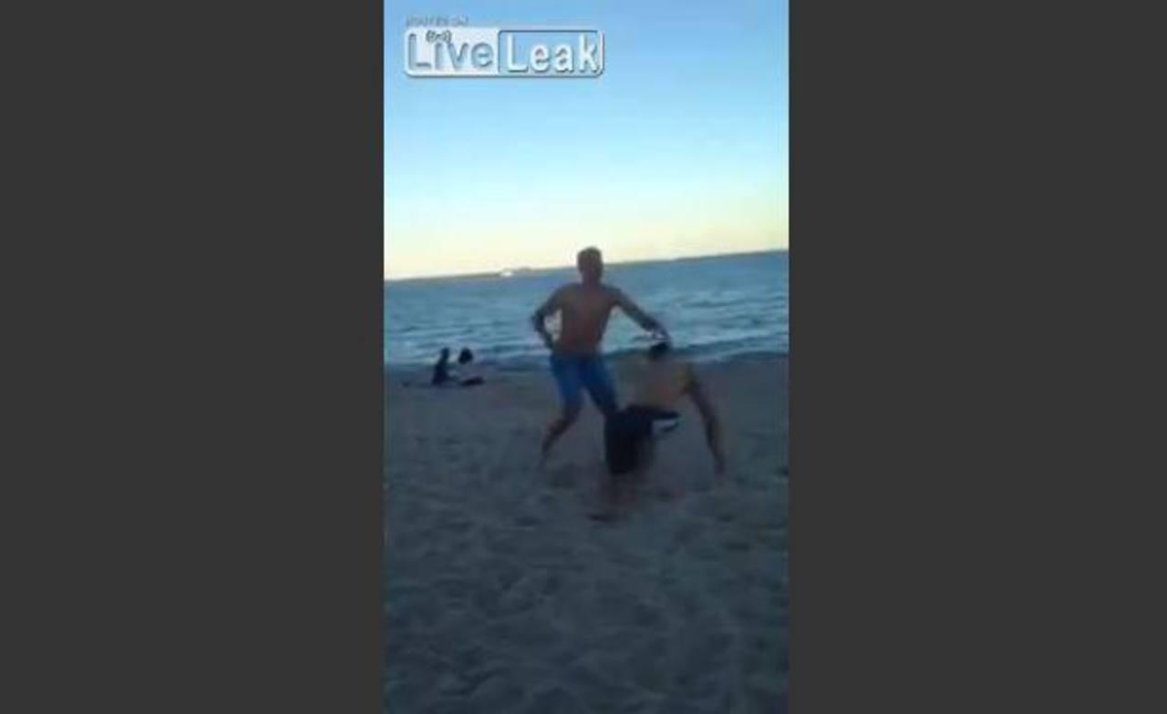 Video: Noqueado por tocar a mujer en playa de Florida, EE.UU.