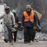 Un manifestante herido es llevado a un hospital de campaña durante los enfrentamientos con la policía en la Plaza de la Independencia en Kiev, Ucrania. Foto/ EFE