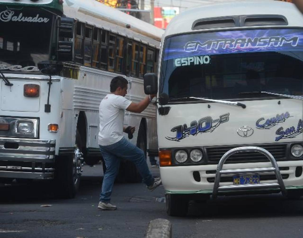 Los usuarios del transporte colectivo se quejan de que las unidades polarizadas son las preferidas por los ladrones para realizar los atracos, ya que pasan desapercibidos desde afuera de los buses y microbuses. fotos edh / Ericka Chavez