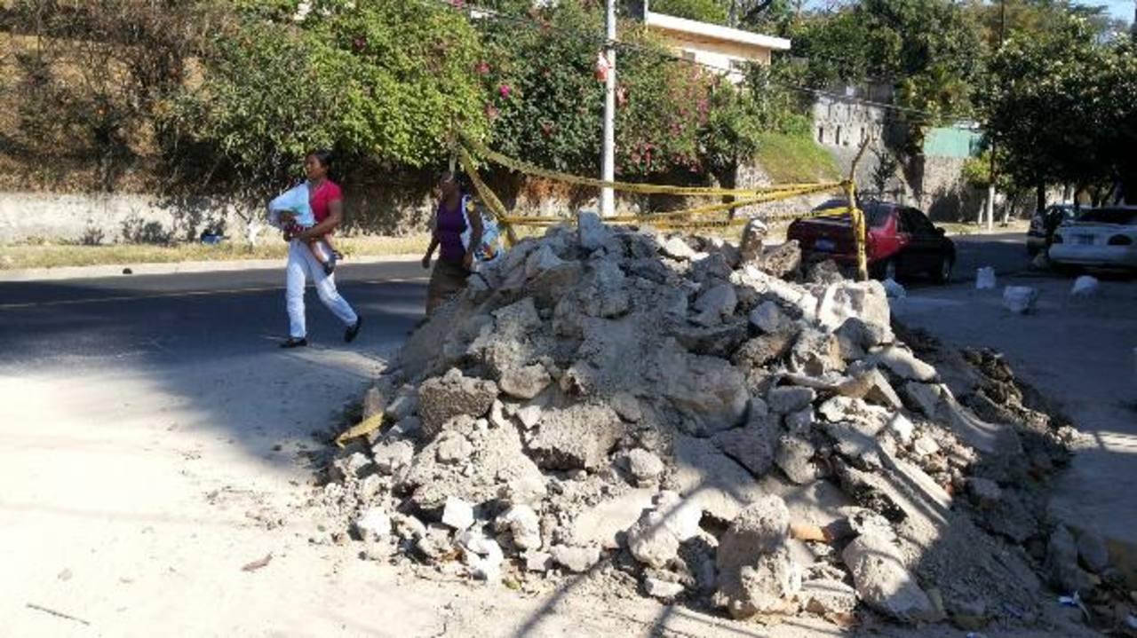 Hace dos semanas Anda reparó una fuga de agua, pero aún no pavimenta el hoyo y no recogen el ripio en la calle Irazú, en la colonia Costa Rica. Foto edh / Ricardo Guevara