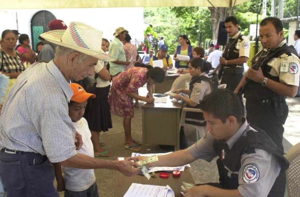 El Gobierno mantiene al menos ocho programas de ayuda social a las familias. Foto EDH /archivo