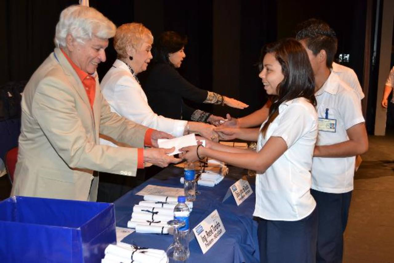 Don René Toruño Steiner, presidente de Indufoam, realizó la entrega de las becas para los futuros bachilleres. foto edh /Mario Díaz