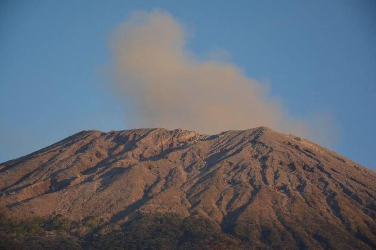 Así lució el coloso durante la segunda emanación de gases y ceniza que se registró ayer. Foto edh / Carlos Segovia