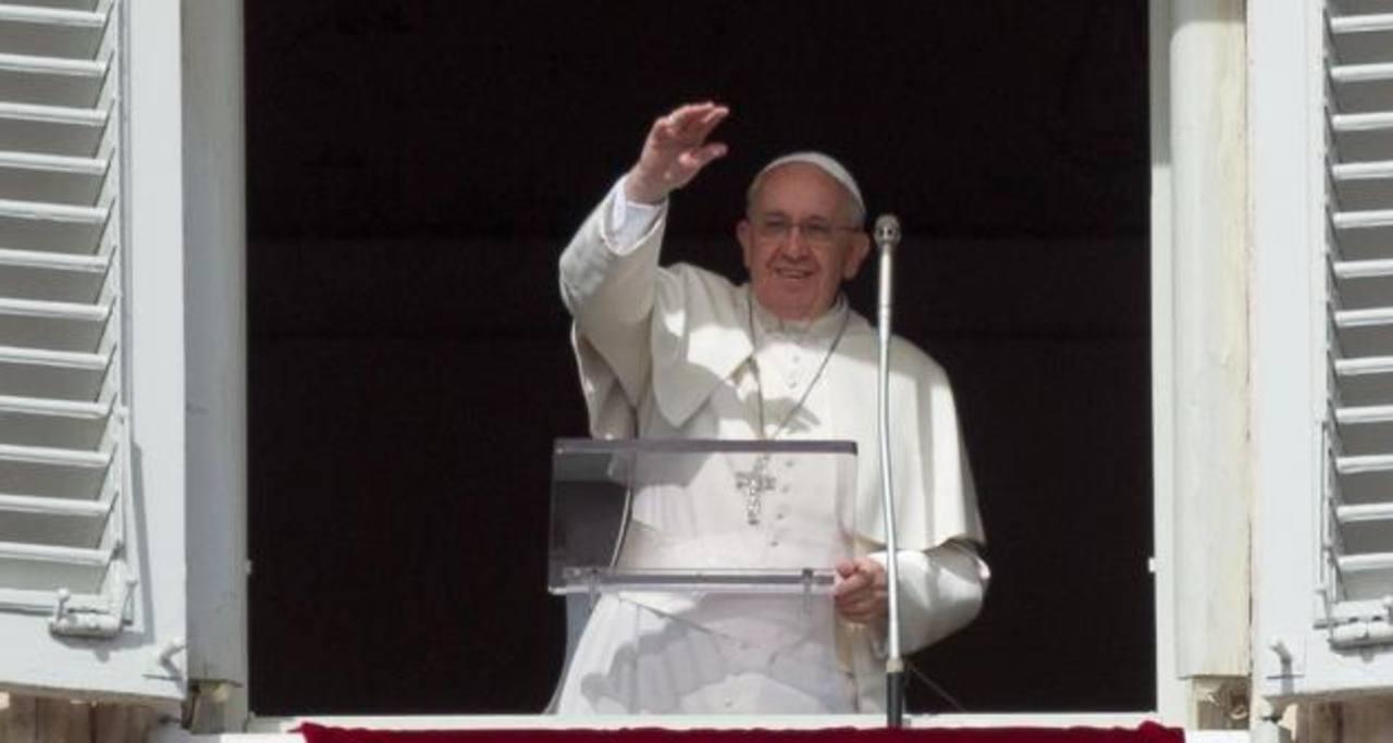 El Papa Francisco, ayer, durante el rezo del Angelus, saluda a los asistentes.