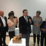 Paul Ancalmo brinda su discurso. En la imagen se ve la escultura que el Grupo Tea y el Marte le otorgan al artista.