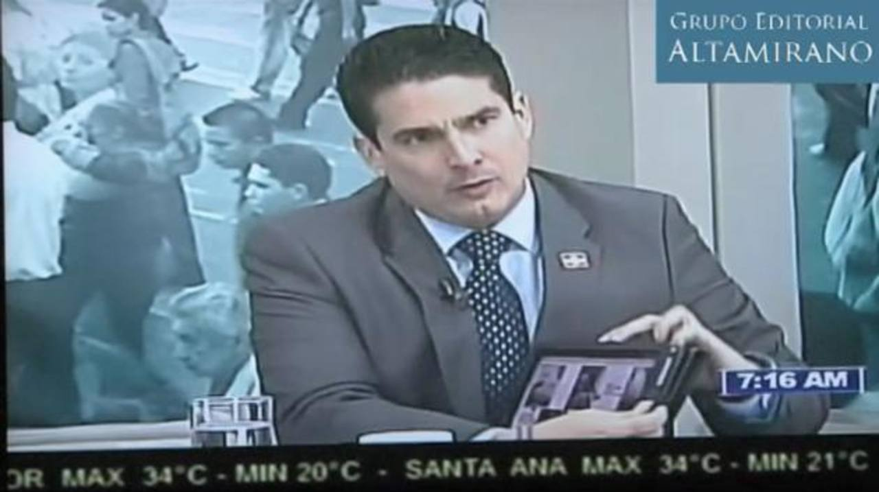 El legislador de ARENA, Roberto d'Aubuisson, muestra fotografías donde se supone aparece Mauricio Funes con cinco clases de relojes de muñeca marca Rolex. foto edh / Cortesía