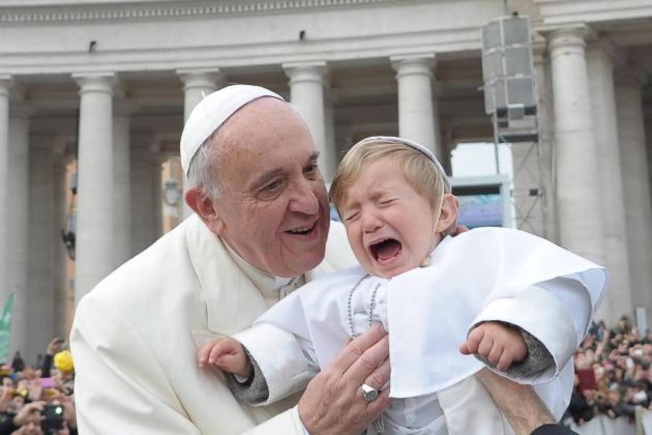 Daniele lloró cuando el papa lo alzó para darle un beso. Foto/ EFE