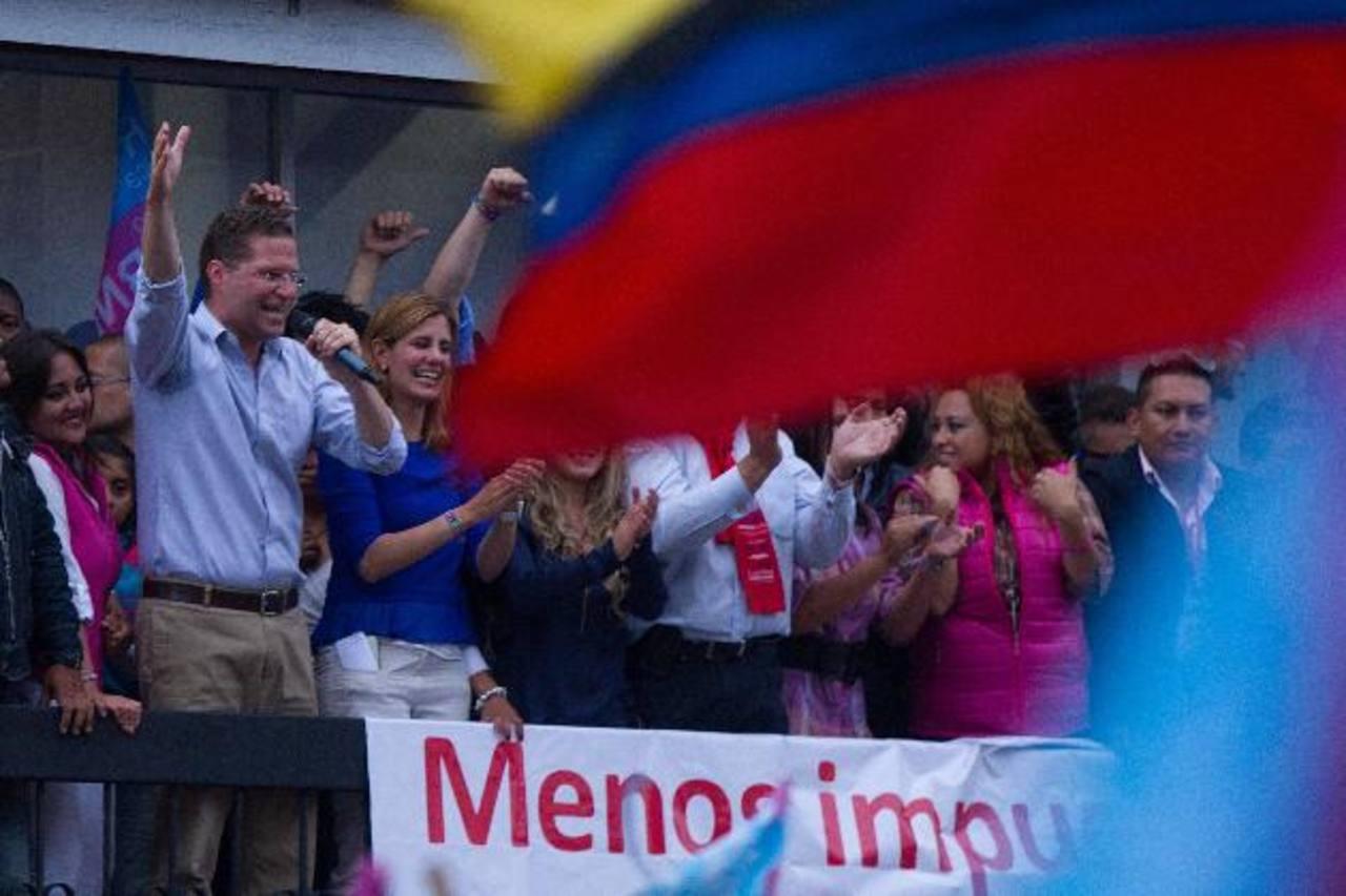 El ganador opositor de la Alcaldía de Quito por la alianza Suma-Vive, Mauricio Rodas (i), habla a sus seguidores. foto edh / efe