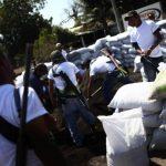 Grupos de autodefensas colocan barricadas tras ingresar a la ciudad de Apatzingán, estado de Michoacán, México. Foto/ Reuters