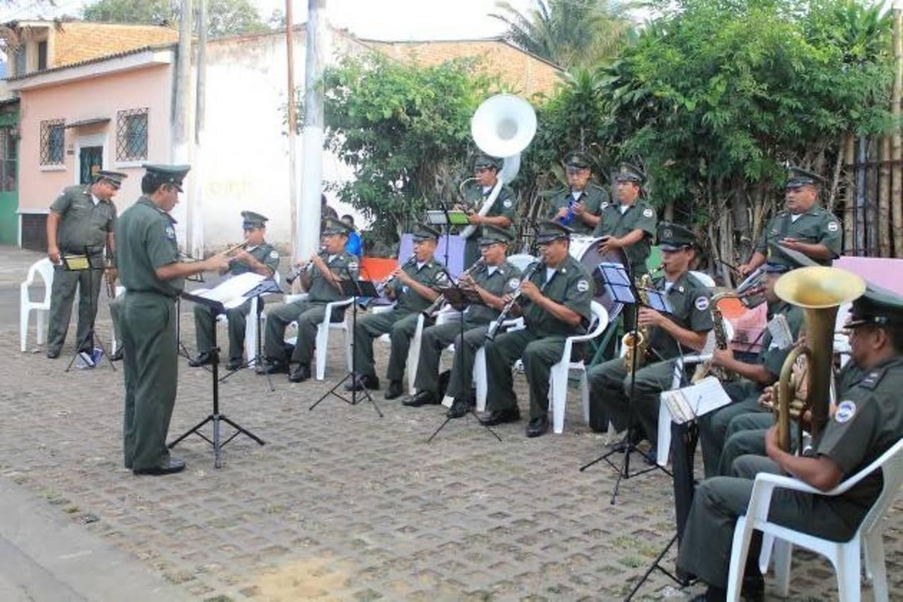 Durante una hora, la banda regimental deleita al público con diversas melodías. Foto EDH / Roberto Zambrano