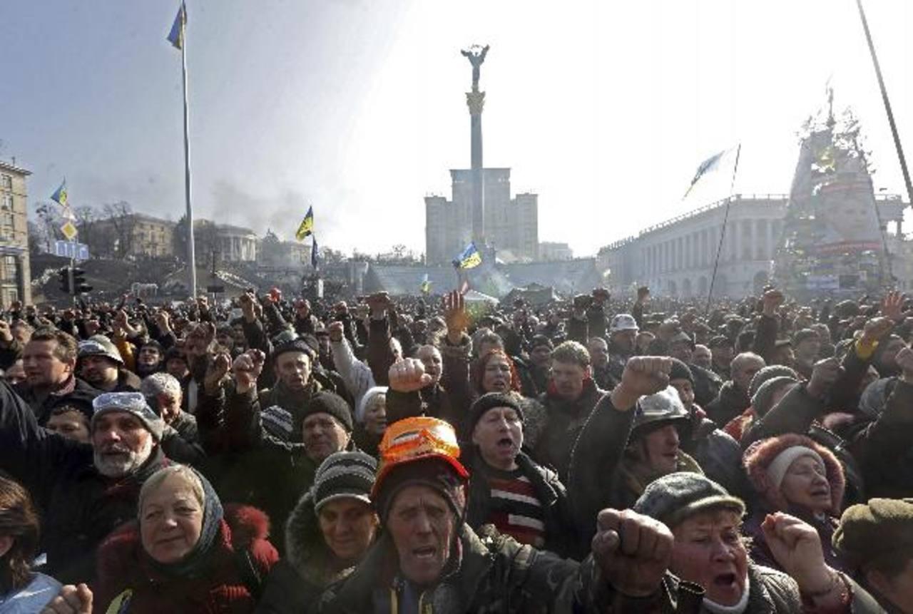 Una multitud de manifestantes antigubernamentales durante una jornada de protestas ayer en una plaza de Kiev. foto edh / EFE