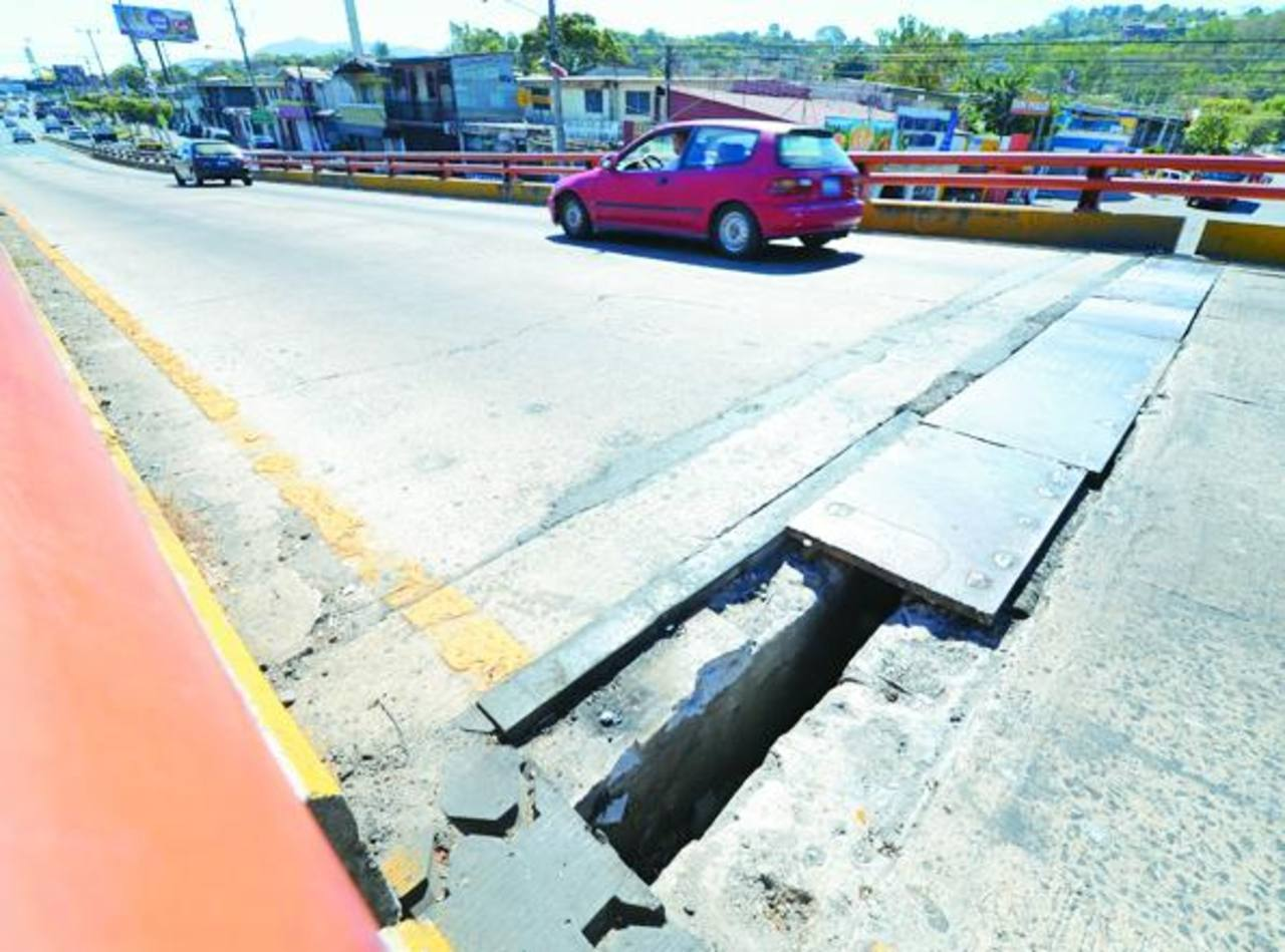 Fovial no colocó todas las juntas robadas, aún falta una en el paso a desnivel de bulevar Los Próceres. Foto EDH /mauricio Cáceres