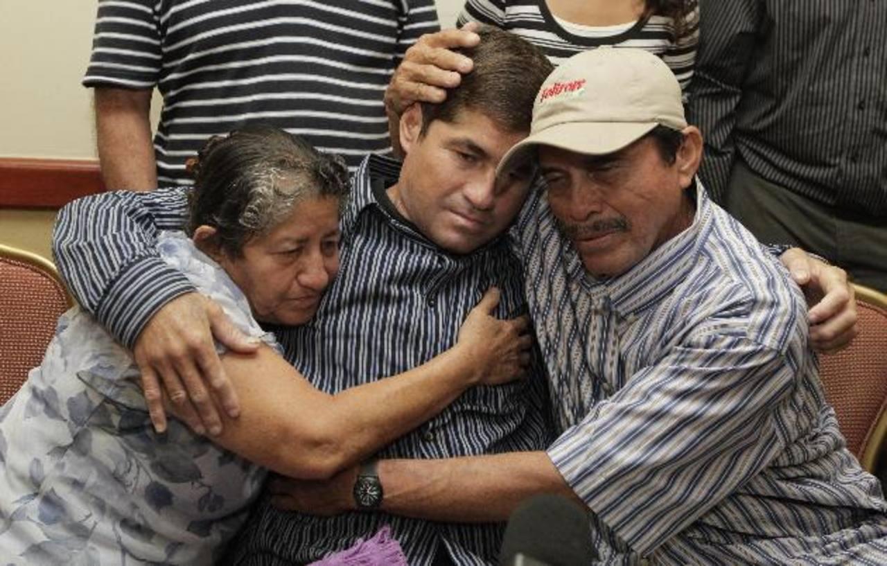 La familia de José Salvador Alvarenga lo recibió con los brazos abiertos y están decididos a apoyarlo. Foto/ EFE