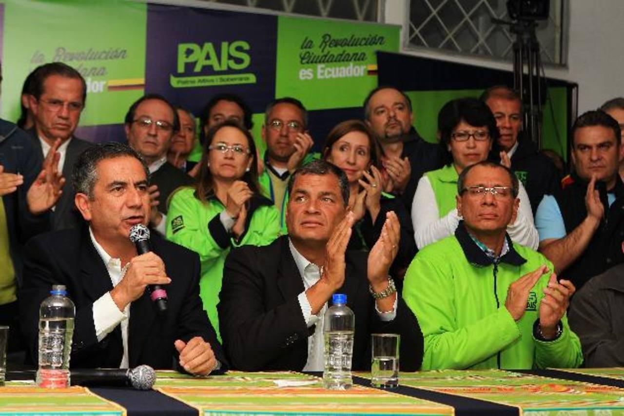 El gobernante ecuatoriano, Rafael Correa; el alcalde de Quito, Augusto Barrera (i); y el vicepresidente, Jorge David Glas (d). foto edh /efe