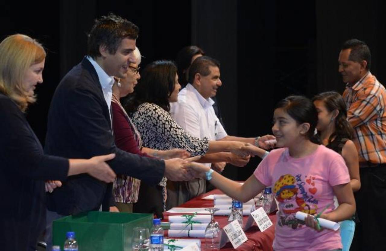 Niños y jóvenes pasaron a recoger sus becas durante el evento . Fotos EDH/Douglas Urquilla
