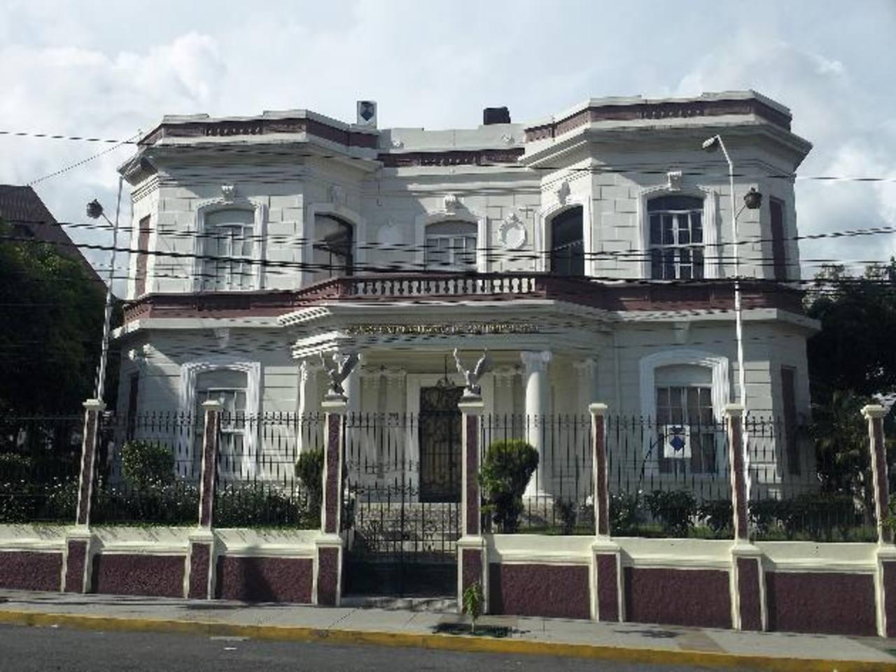 El Museo Universitario de Antropología está ubicado sobre la Calle Arce, en el centro de San Salvador.