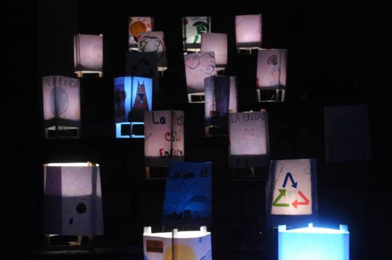 Así lucirá el show de luces que se exhibe desde hoy en el Liceo Francés. Foto EDH/ Lissette Monterrosa