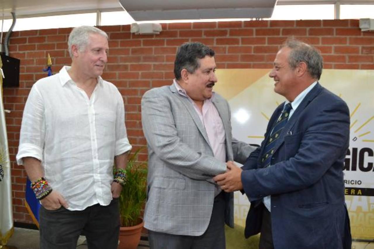 El enviado del Papa fue recibido por Alejandro Gutman y Luis Aparicio, de la Universidad Pedagógica. Foto EDH / mario Díaz