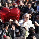 El papa saluda durante una audiencia con motivo del día de San Valentín en la Plaza de San Pedro, en el Vaticano, donde se reunió con 20.000 parejas de 28 países FOTO EDH Efe.