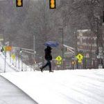 Un peatón camina en la North Avenue, en el centro de Atlanta, durante una tormenta invernal. Foto/ AP