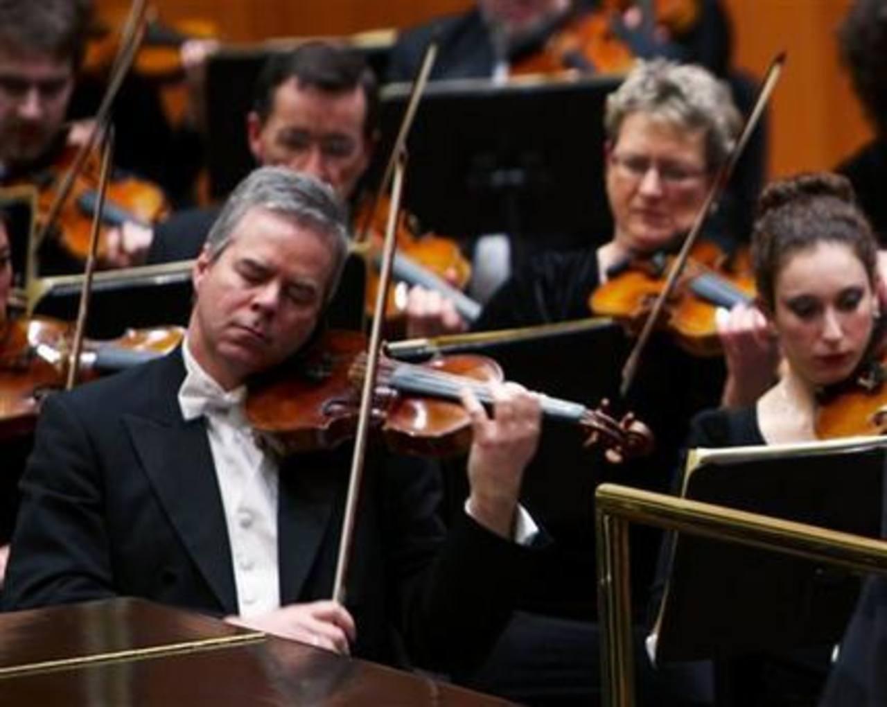 El primer violín Frank Almond, de la Orquesta Sinfónica de Milwaukee, toca un instrumento Stradivarius de hace III siglos.