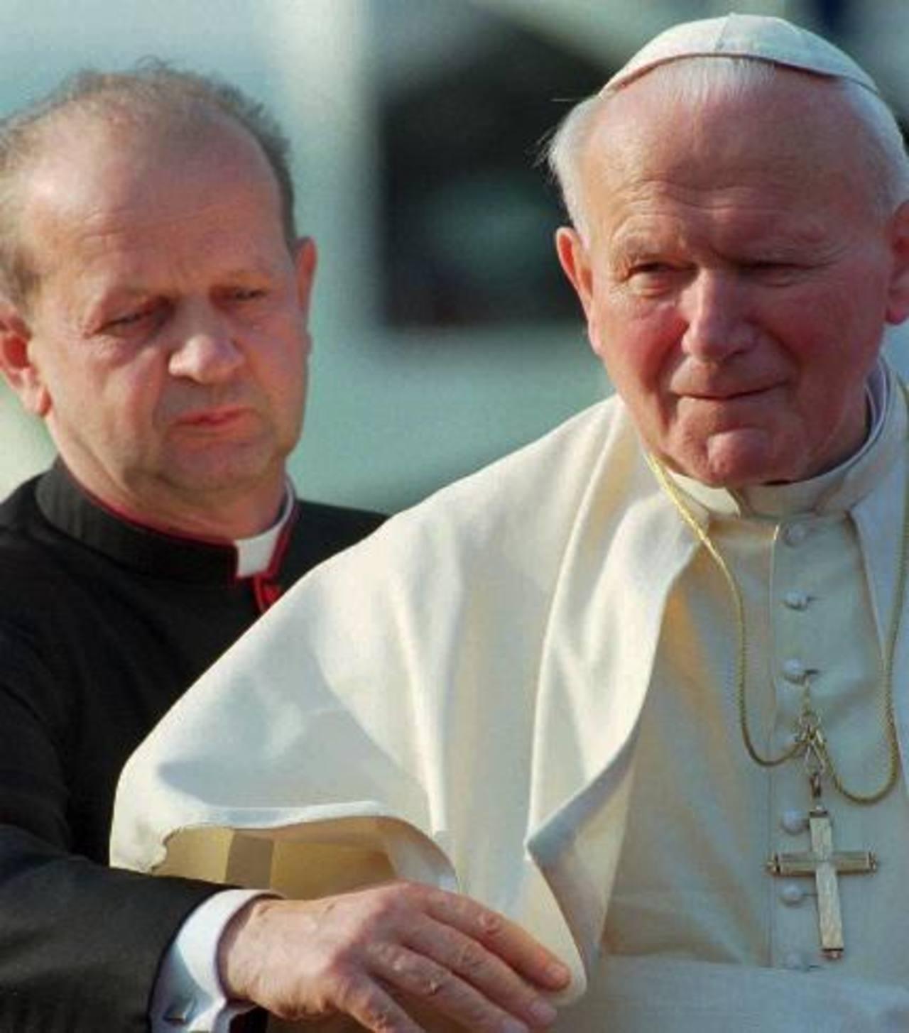 El papa Juan Pablo II es asistido por su secretario personal, Stanislaw Dziwisz. Foto AP- Archivo